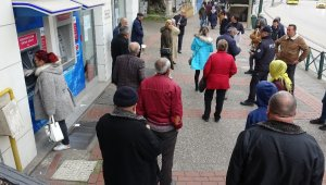 Bursa'da yaşlılar banka kuyruklarında - Bursa Haberleri