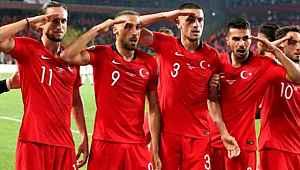 EURO 2020'nin ertelenmesi sonrası Cenk Tosun ve Merih Demiral'dan paylaşım