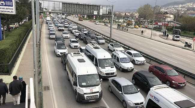 """""""Evde kal"""" çağrısına uymayanlar trafiği kilitledi - Bursa Haberleri"""