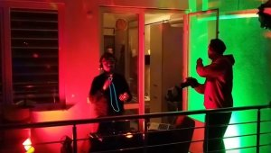 Evde kalan vatandaşlara balkonundan DJ'lik yaparak moral verdi