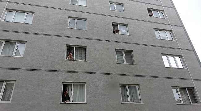 Evden çıkamayan komşular camdan cama gün yaptı - Bursa Haberleri