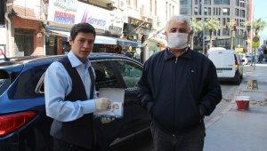 Fırsatçılara inat bedava maske dağıtıyor