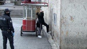Hastaneden kaçan korona virüs şüphelisi genç kız, Taksim'de polisi alarma geçirdi