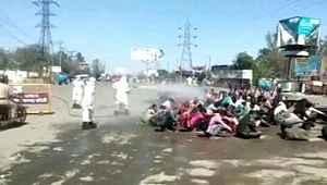 Hindistan'da göçmen işçiler, tazyikli suyla dezenfekte edildi