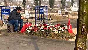 İdlib şehidimiz Emre Bayral'ın babasının mezarı başındaki görüntüsü yürekleri parçalıyor
