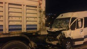 İşçi servisi seyir halindeki kamyona arkadan çarptı: 12 yaralı
