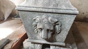 İzmir'de Roma dönemine ait bin 500 yıllık sunak ele geçirildi