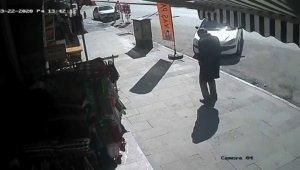 Kaldırımda yürüyen vatandaşın ani ölümü güvenlik kameralarına yansıdı