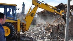Karacabey'de tehlike arz eden metruk binalar yıkılıyor - Bursa Haberleri