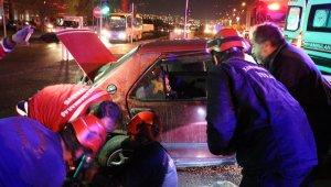 Kaza sonrası otomobile sıkışan çocuğu babası teselli etti