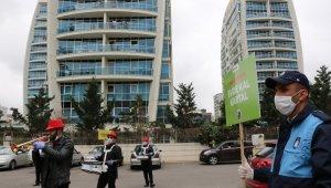 Korona virüs nedeniyle evde kalan vatandaşlar sokaklarına gelen bando takımıyla moral buldu