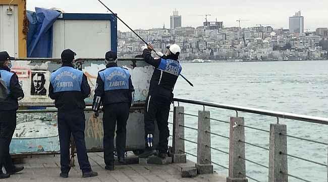 Pes dedirten manzara... Bariyerlerin arkasına saklanıp balık tutmak istedi zabıtaya yakalandı