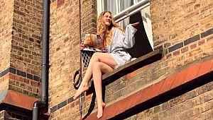 Sokağa çıkamayan Serel Yereli, evinin penceresinde poz verdi