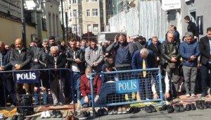 Taksim Mescidi'nde vatandaşlar Cuma namazını dışarıda kıldı