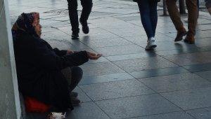 Taksim'de dilenci kadın yarım günde 250 lira topladı