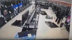 Televizyonda duyduğu habere sinirlenip mağazadaki tüm televizyonları kırdı