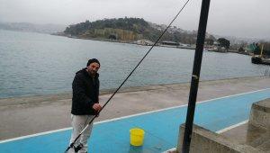 Yasak dinlemeyen vatandaşlardan kimisi balık tuttu, kimisi de sahilde spor yaptı