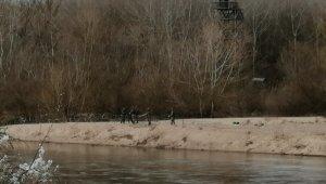 Yunan askeri Meriç Nehrine kat kat jiletli tel çekmeye devam ediyor