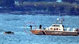 Yunan askerlerinin mültecilere ait bota ateş açtığı an kamerada