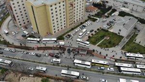 Yurtlarda kalan vatandaşları almaya gelen otobüsler uzun kuyruklar oluşturdu
