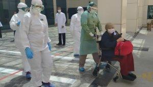 56 yaşındaki korona virüs hastası kadın alkışlarla taburcu oldu