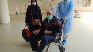64 yaşında korona virüsü yenerek alkışlarla taburcu oldu