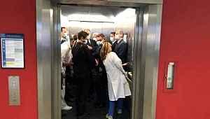 Almanya'da kuralları hiçe sayan yetkililer, hep birlikte aynı asansöre doluştu