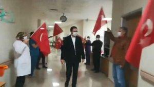 Bursa'da Orhangazi Devlet Hastanesi Başhekimi Ferit Alaybeyoğlu, bayraklar ve alkışlarla taburcu edildi