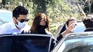 Cenazede ayakta zor duran Ebru Şallı'ya eşi destek oldu