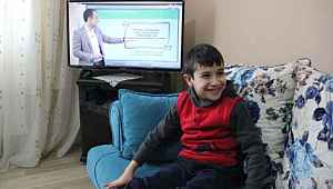 Dersleri izleyemediğini söyleyen minik çocuğa, televizyon hediye edildi