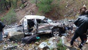 Feci kaza! Kamyonet uçuruma yuvarlandı: Biri çocuk 3 kişi hayatını kaybetti