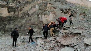 Fotoğraf çektirmek için çıktığı kayalıklardan uçuruma yuvarlandı