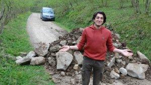 İki ilin alternatif köy yoluna 'molozlu' barikat