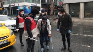 """İstanbul'da koltuk değnekleriyle dışarıya çıkan yaşlı adam """"pes"""" dedirtti"""