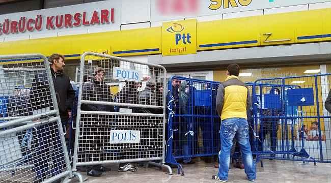 Kapalı olan PTT önünde iç içe beklediler