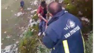 Kayalıklarda mahsur kalan çocuk, film gibi operasyonla kurtarıldı
