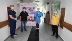 Koranavirüsü yenen 17 günlük bebek alkışlarla taburcu edildi