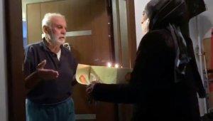 Korona virüs tedbirleri nedeniyle evden çıkamayan yaşlı adama sürpriz doğum günü kutlaması