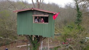 Korona virüsten korunmak için ağaç üzerine kurdukları evde kalıyorlar