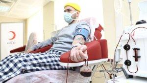 Korona virüsü yenen genç doktordan plazma bağışı