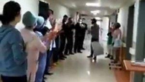 Korona virüsü yenen hastayı sağlık görevlileri alkışlarla uğurladı