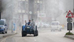 Köy muhtarları mikropları traktörleriyle öldürdü - Bursa Haberleri