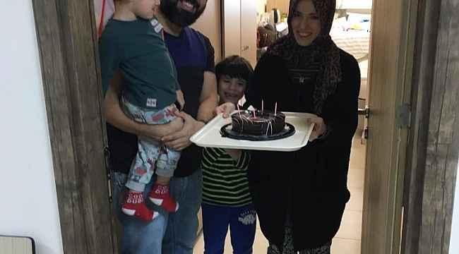 KYK yurdunda karantinaya alınan aileye evlilik yıl dönümü sürprizi - Bursa Haberleri