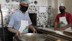 Madeni paraları 180 derecede ısıttıktan sonra müşterilere veriyor