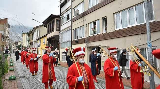 Mehter fetih için yürüdü ve çaldı, evde kalanlar camlara çıktı - Bursa Haberleri