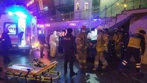 Otomobil AVM girişindeki merdivenin altına saplandı: 3 yaralı