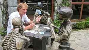 Pozlarıyla heykellere can veren insanların birbirinden eğlenceli anları