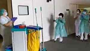 Sağlık çalışanları, koronavirüs sürecinde emek sarf eden temizlik görevlilerini alkışladı