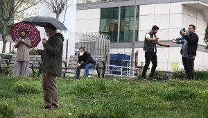 Sağlıkçılara balkondan konser verdi, polis geldi sosyal mesafeye dikkat çekti - Bursa Haberleri