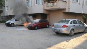 Sahibinin çalıştıramadığı otomobili alev alev yandı